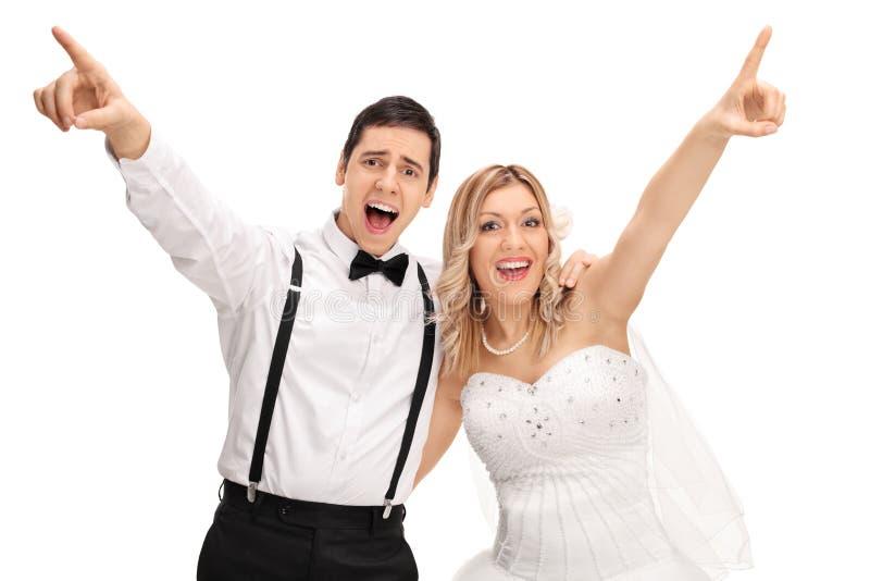 Jeunes mariés joyeux chantant ensemble images stock