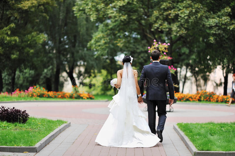 Jeunes mariés loin photos stock