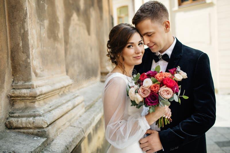 Jeunes mariés marchant dans la vieille ville photographie stock libre de droits