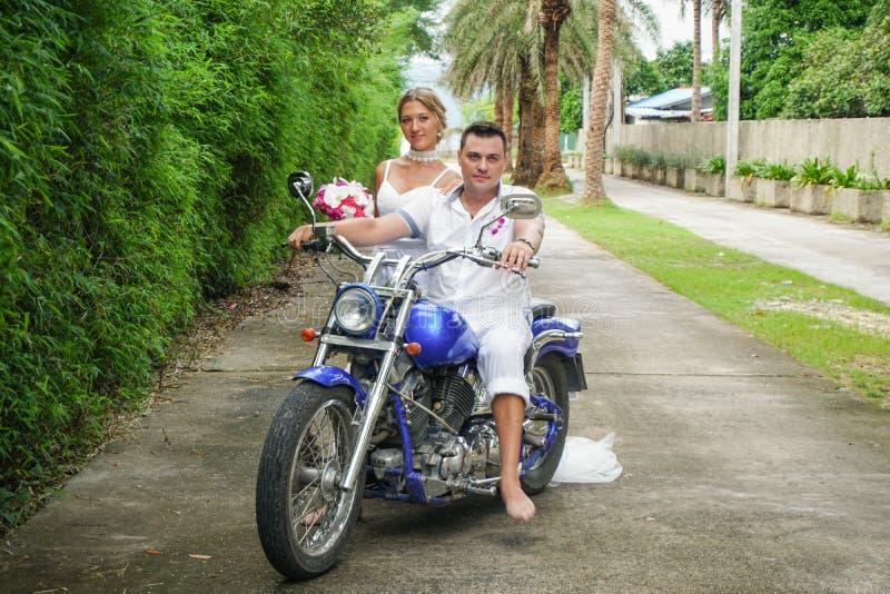 Jeunes mariés sur la moto images libres de droits