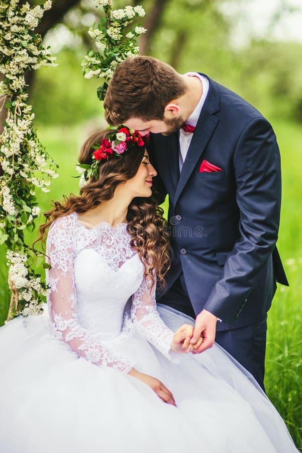 Jeunes mariés On The Swing images stock