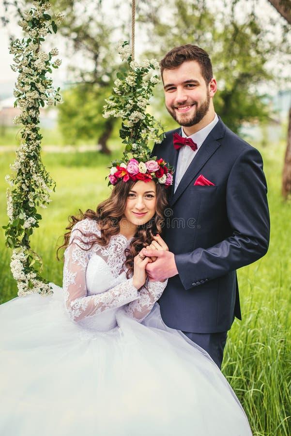 Jeunes mariés On The Swing photos libres de droits