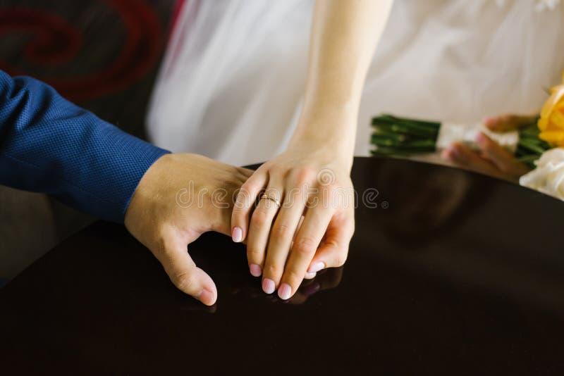 Jeunes mari?s tenant des mains, plan rapproch? l'anneau l'épousant de la jeune mariée photo libre de droits