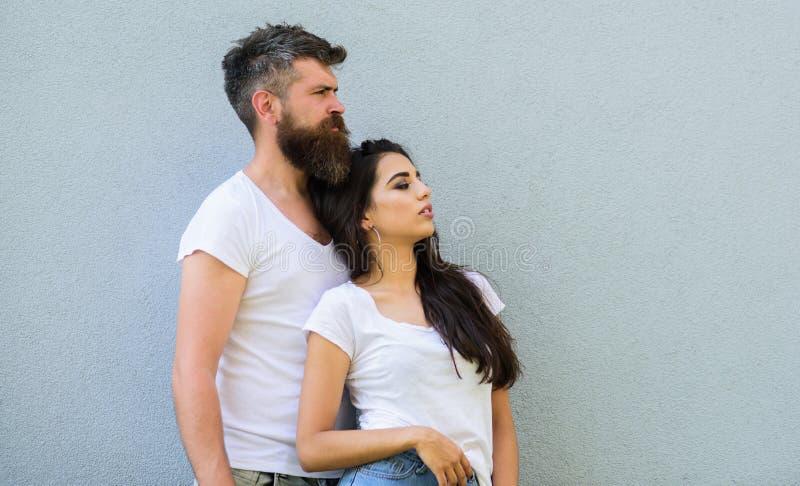 Jeunes modernes élégants de couples Couples affectueux urbains Maigre blanc de chemises de couples Les couples dans l'amour traîn photo stock