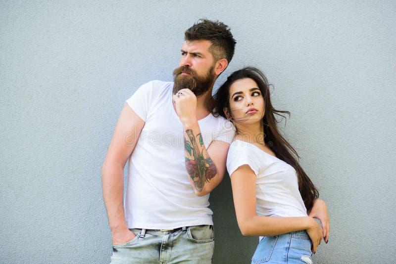 Jeunes modernes élégants de couples Les couples dans l'amour traînent ensemble le fond gris de mur Couples affectueux urbains Cou image libre de droits