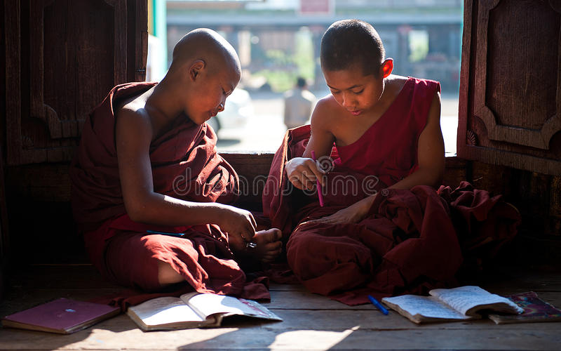 Jeunes moines apprenant dans le monastère Myanmar images stock