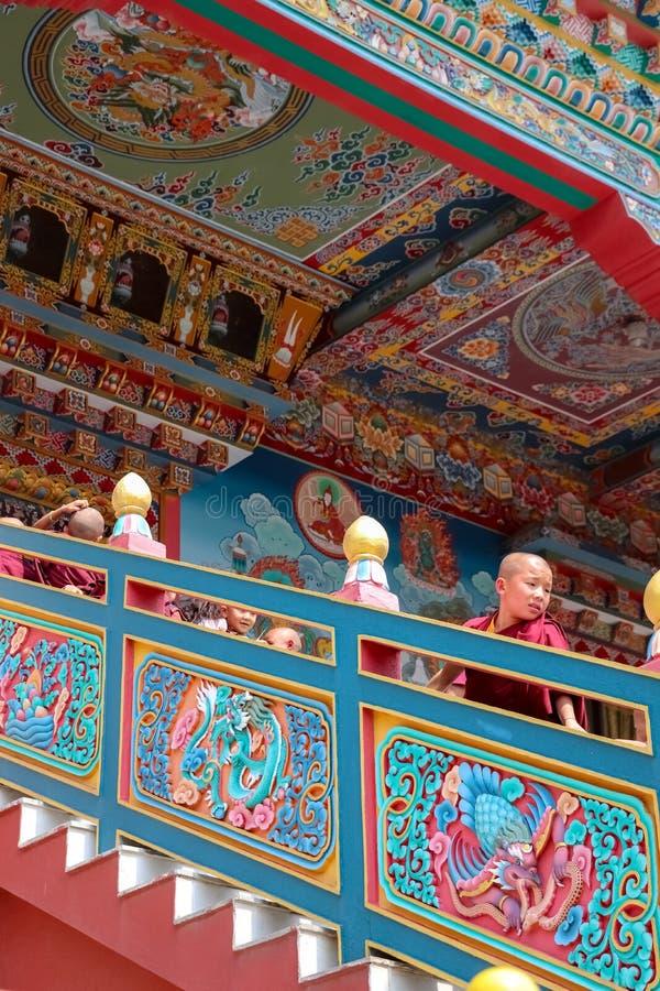 Jeunes moines bouddhistes image stock