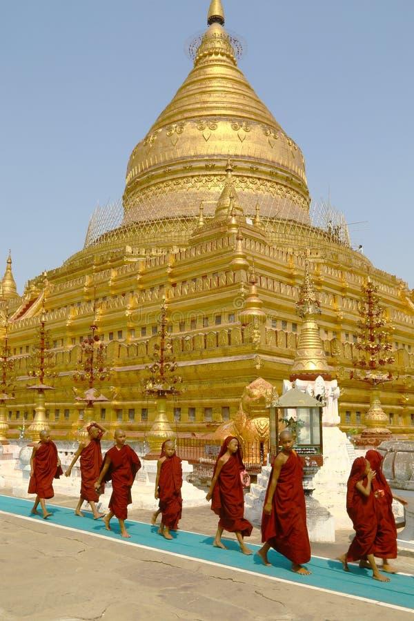 Jeunes moines dans le temple de Shwezigon, Myanmar image libre de droits