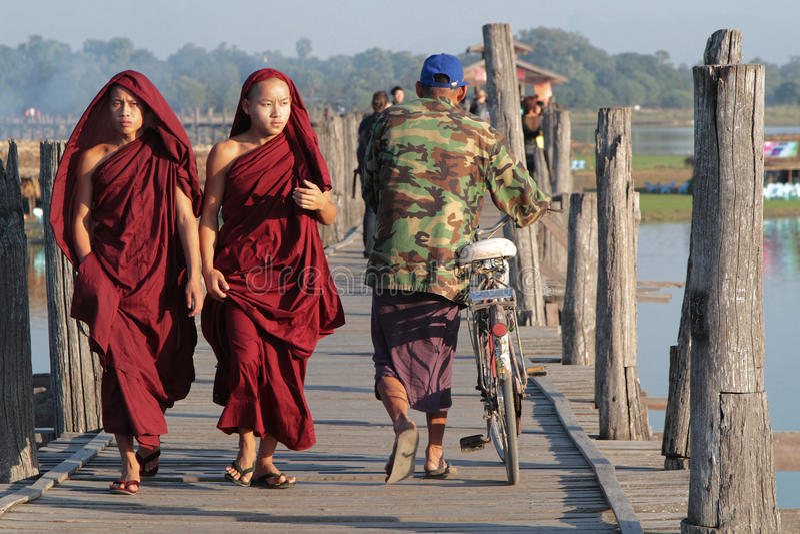 Jeunes moines sur le pont en bois d'U-Bein photos stock