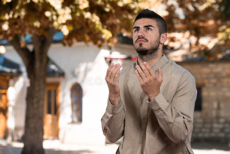 Jeunes musulmans Guy Praying photos stock