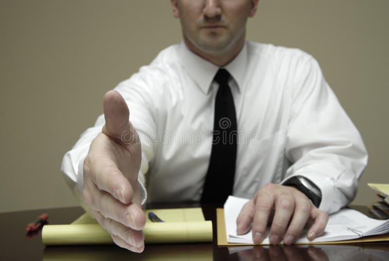 Jeunes négociations d'At Desk Businessman de mandataire d'avocat images libres de droits