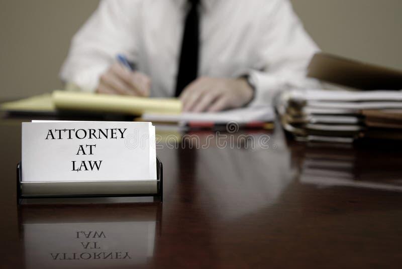 Jeunes négociations d'At Desk Businessman de mandataire d'avocat photos stock
