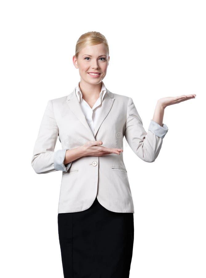 Jeunes offres de femme d'affaires quelque chose photo stock