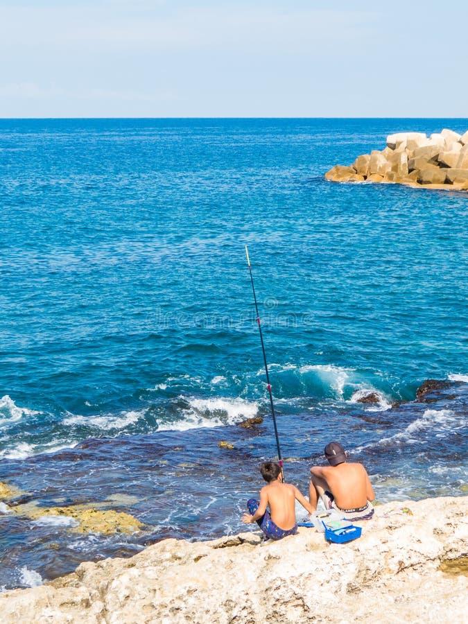 Jeunes pêcheurs à Beyrouth, Liban images libres de droits