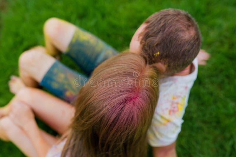 Jeunes paires heureuses dans le holi de peintures Vue sup?rieure photographie stock