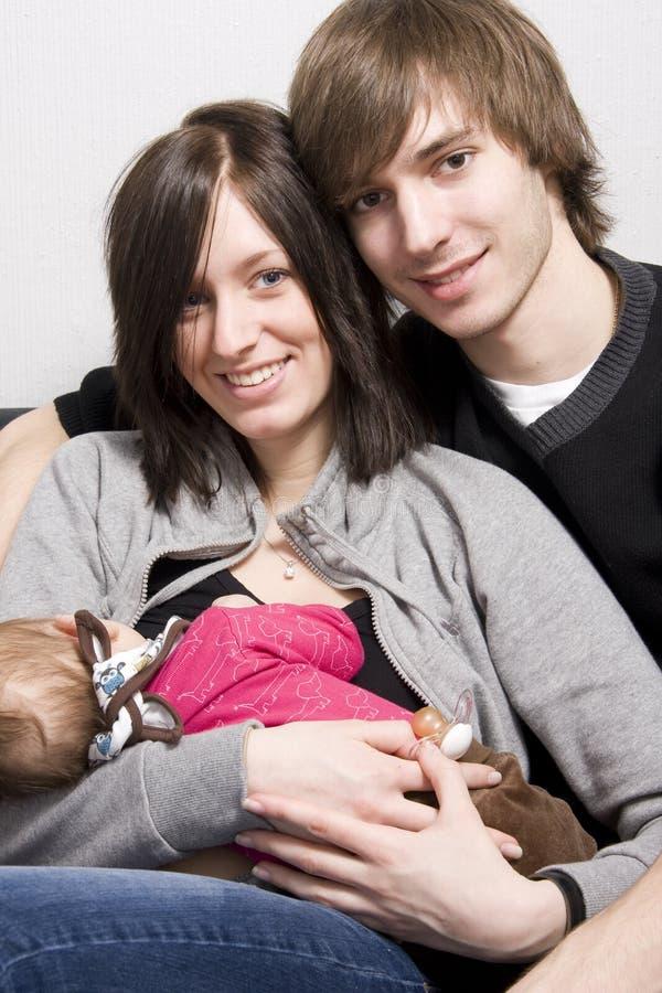 Jeunes parents photographie stock