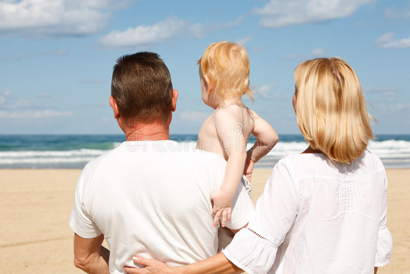 Jeunes parents avec un enfant dans des ses bras image stock