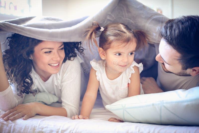 Jeunes parents jouant avec leur petite fille photos libres de droits