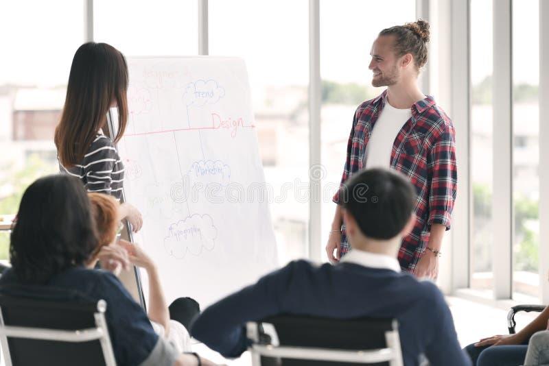 Jeunes personnes d'affaires discutant et présent images libres de droits