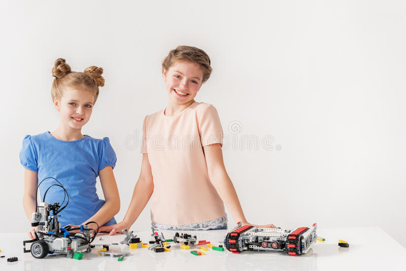 Jeunes personnes féminines de sourire mignonnes photographie stock