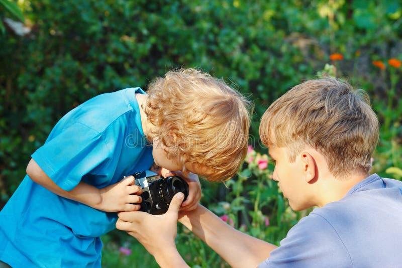 Jeunes photographes blonds avec un appareil-photo à l'extérieur image libre de droits