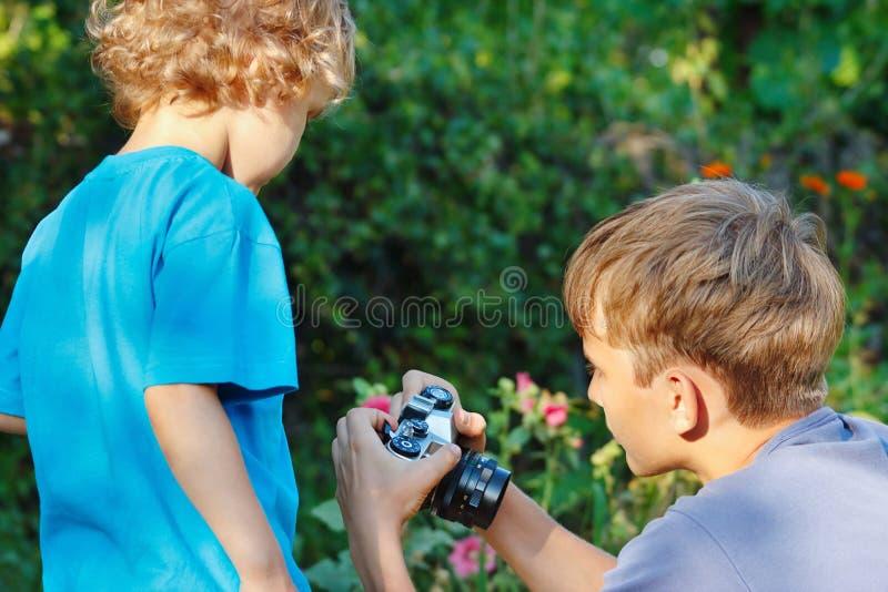 Jeunes photographes mignons avec un appareil-photo images stock