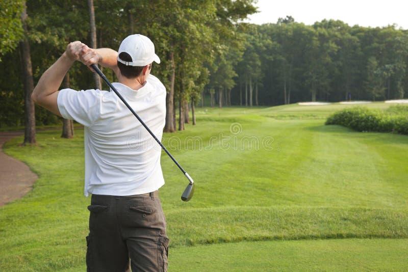 Jeunes pièces en t masculines de golfeur sur un pair trois photographie stock libre de droits