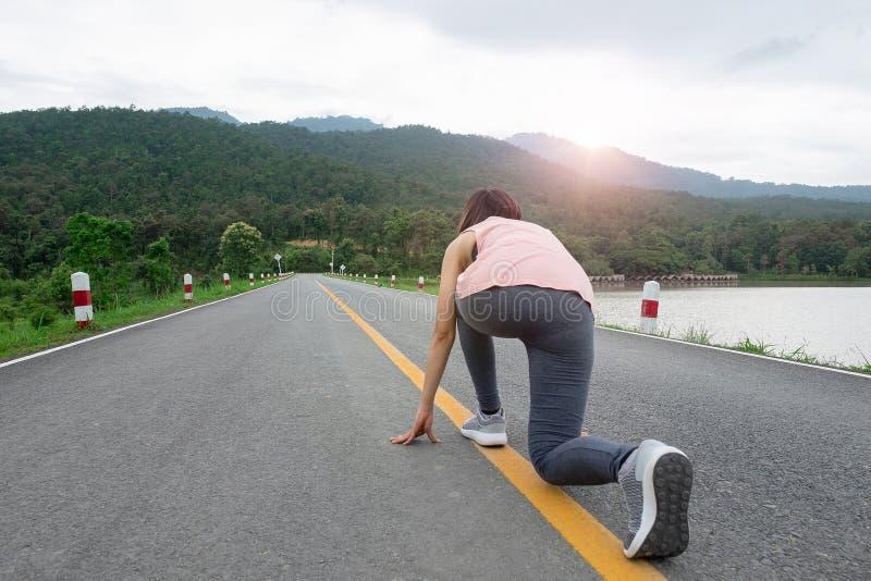 Jeunes pieds de coureur de femme de forme physique courant le parc public extérieur Concept sain de style de vie images stock