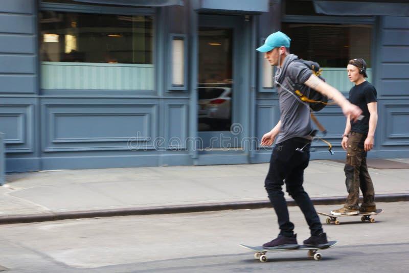 Jeunes planchistes dans le Greenwich Village image libre de droits