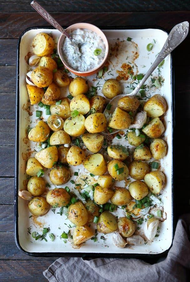 Jeunes pommes de terre cuites au four et verts coupés image stock