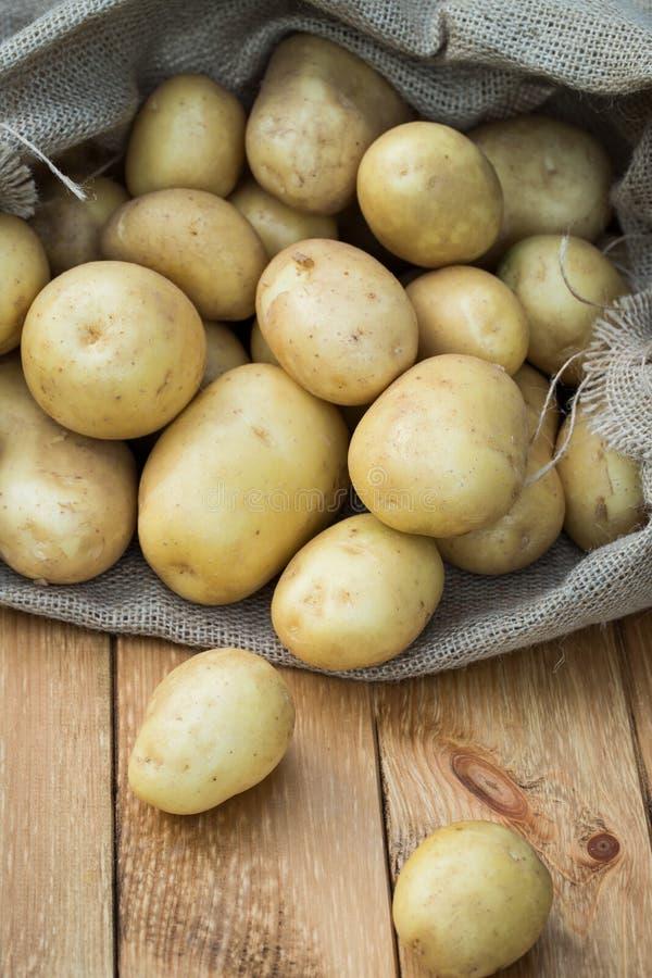Jeunes pommes de terre jaunes à bord photographie stock