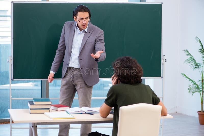 Jeunes professeur et ?tudiant dans la salle de classe images libres de droits