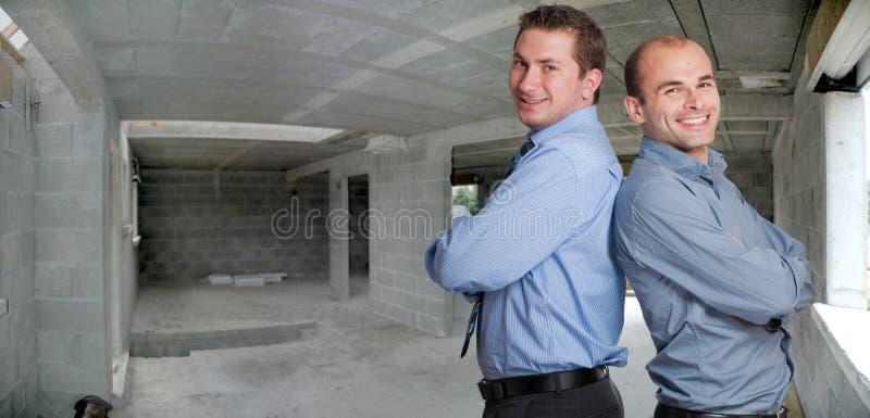 Jeunes professionnels dans un chantier de construction photos stock