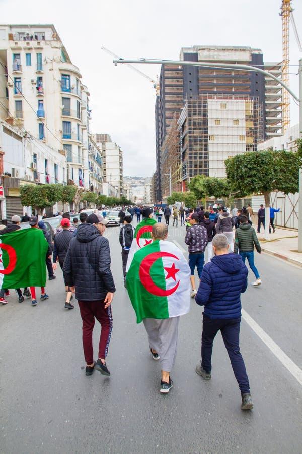 Jeunes protestataires dans des rues d'Alger images stock