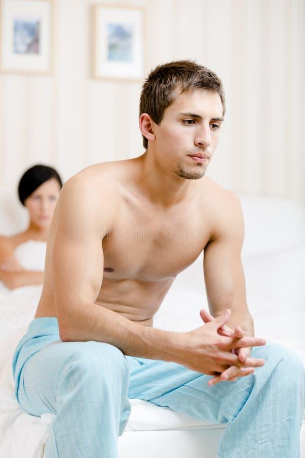 Jeunes querelles de couples dans la chambre à coucher images stock