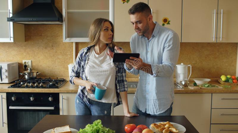 Jeunes querelles de couples dans la cuisine à la maison photographie stock