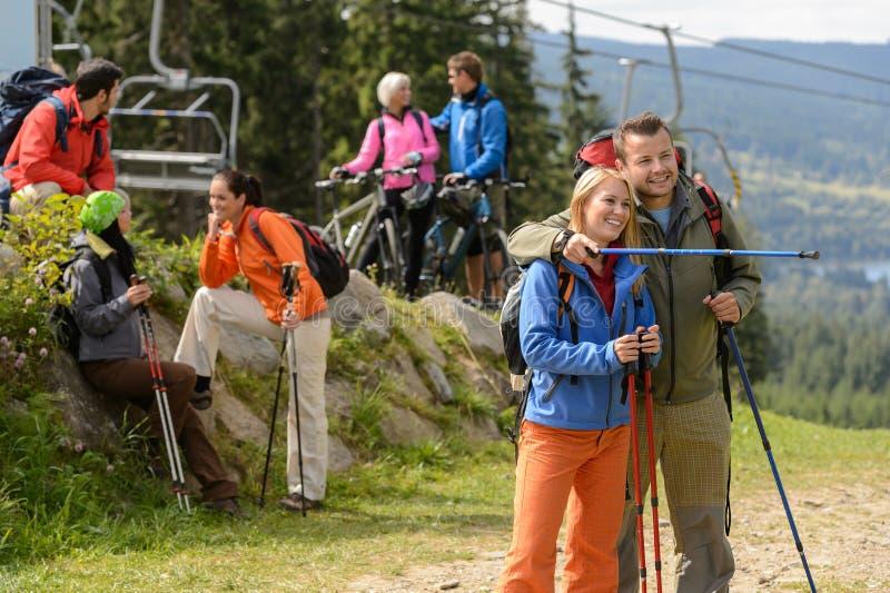 Randonneurs et cyclistes de détente appréciant la vue photo stock