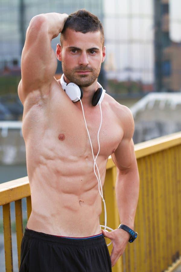 Jeunes repos musculaires d'athlète sur le pont photographie stock