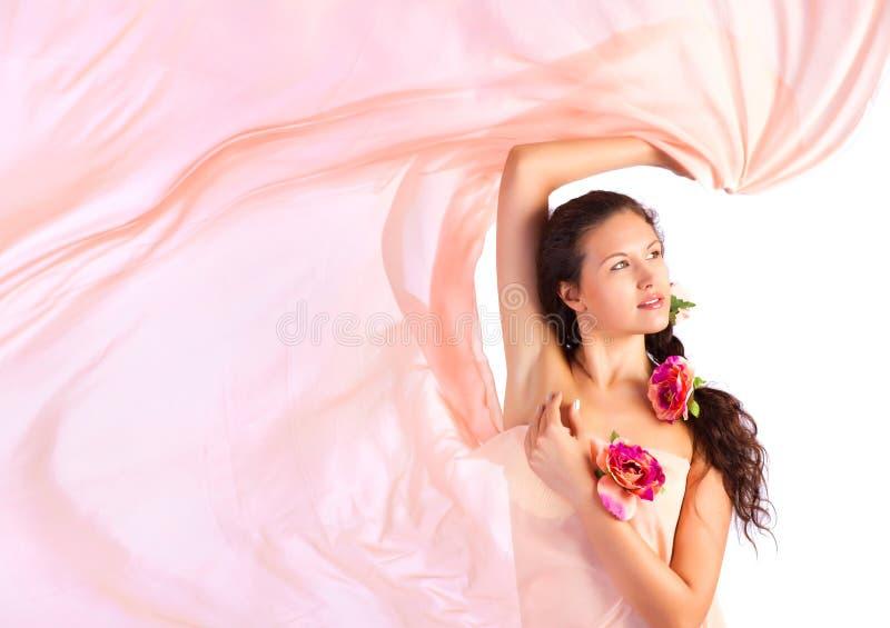 jeunes roses de femme de tissu photographie stock libre de droits