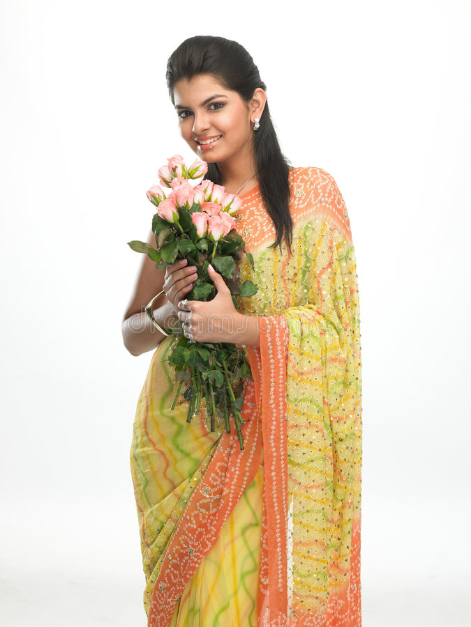 jeunes roses de sari de roses de fille image libre de droits