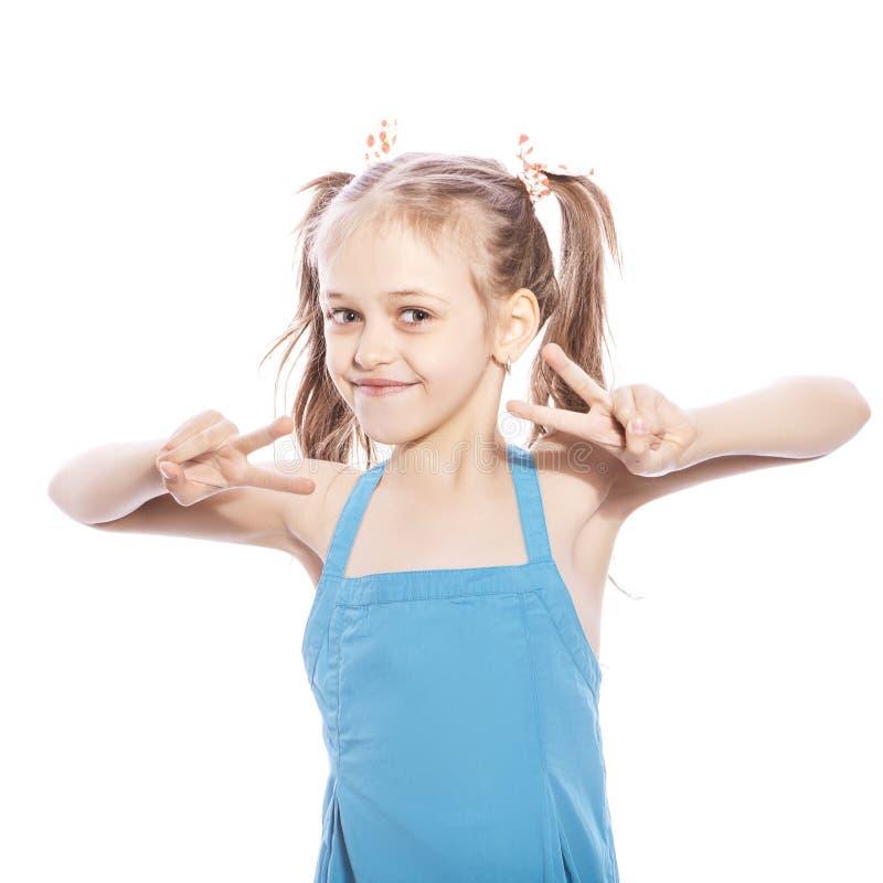 Jeunes sept années de fille de brune dans la robe bleue sur une OIN blanche images libres de droits