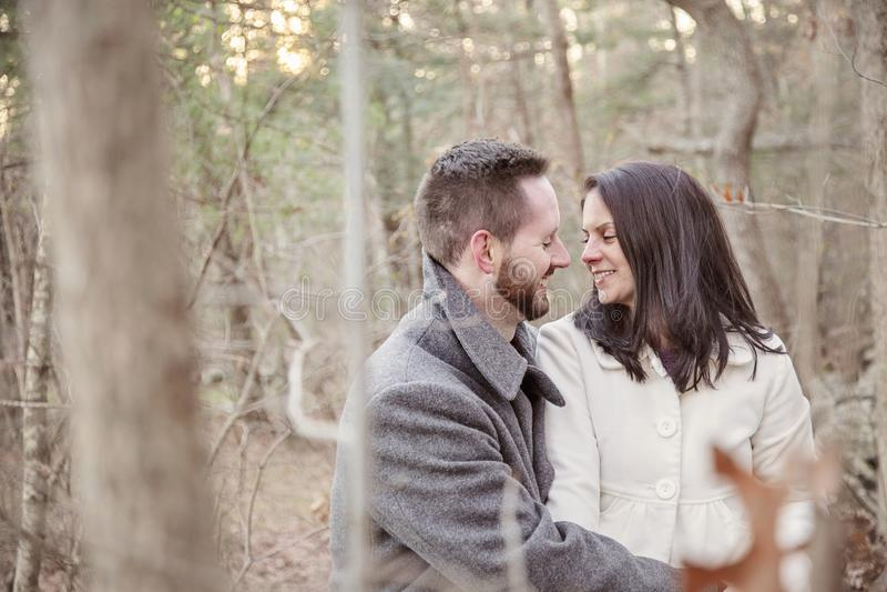 Jeunes seuls couples romantiques dans la forêt un jour froid d'hiver photographie stock libre de droits