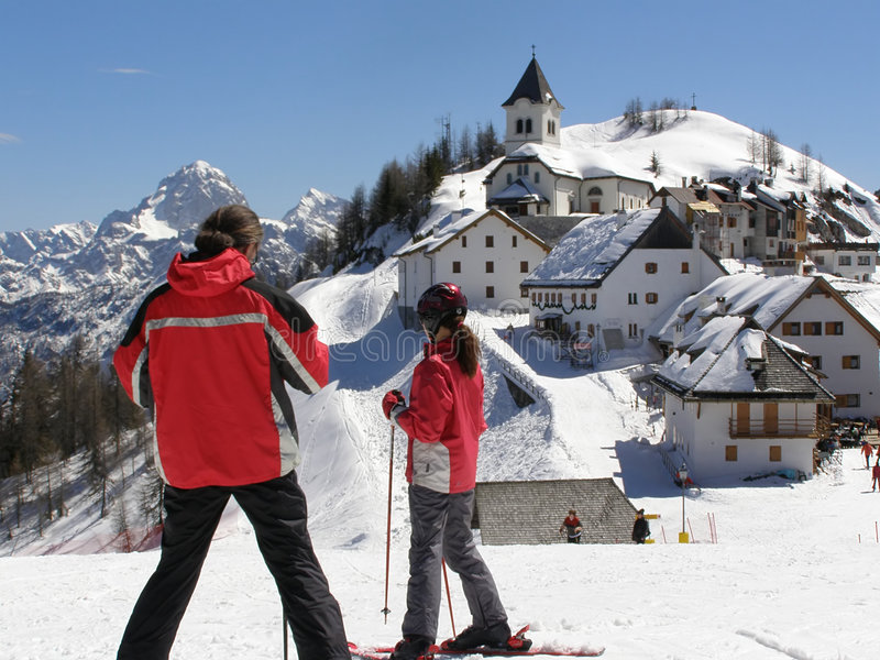 Jeunes skieurs visualisant le panorama image stock