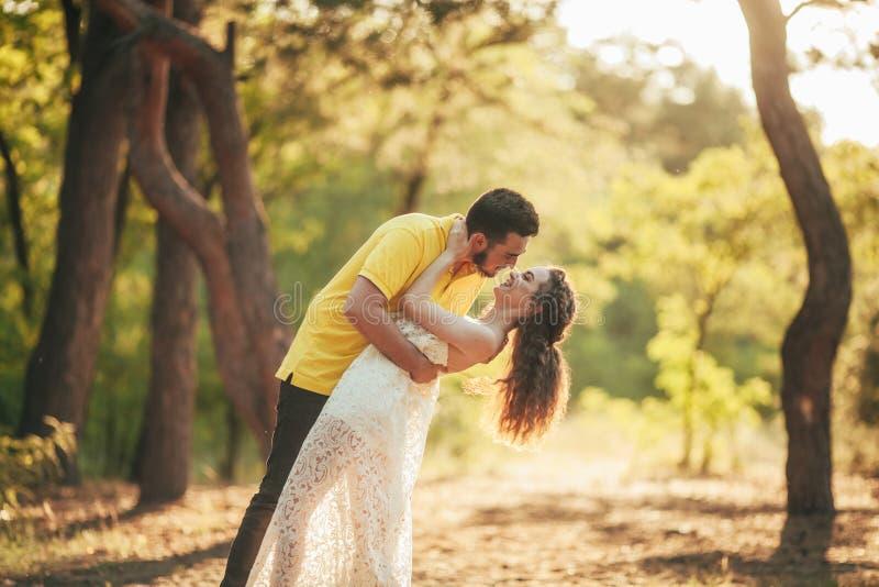 Jeunes sourires et étreintes de couples dans la forêt photo libre de droits
