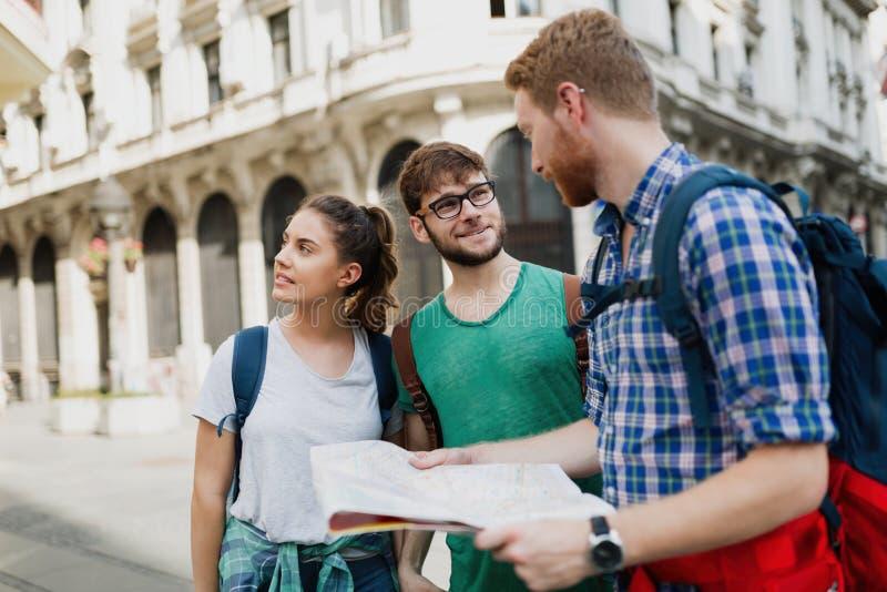 Jeunes touristes heureux visitant le pays dans la ville image libre de droits