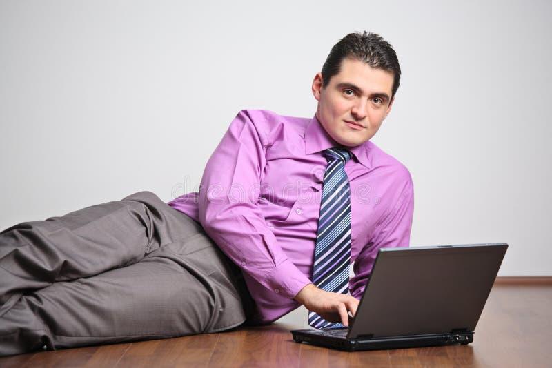 jeunes travaillants d'homme d'ordinateur portatif photo stock