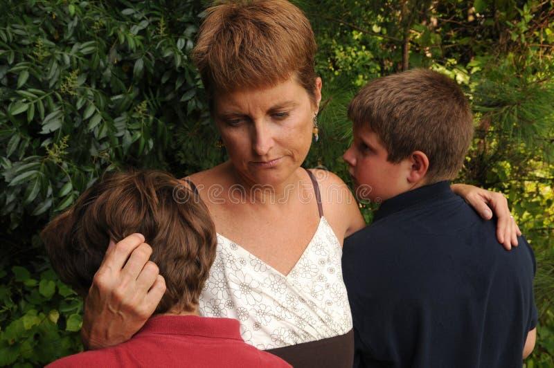 jeunes tristes de famille image stock