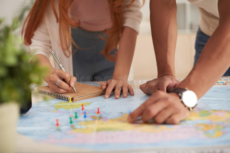 Jeunes vacances de planification de couples image libre de droits