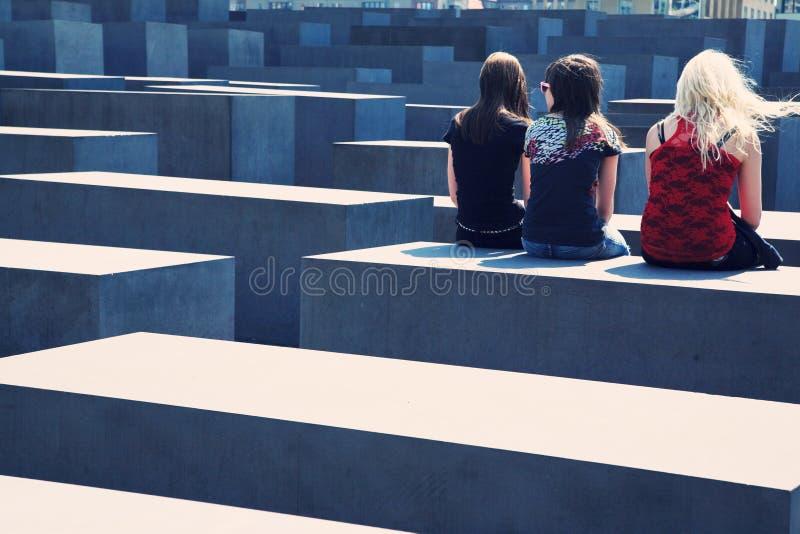 Jeunesse au mémorial d'holocauste à Berlin photographie stock libre de droits