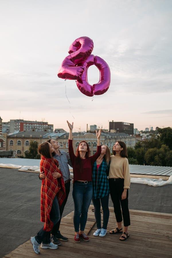 Jeunesse 20 ballons de liberté de partie de dessus de toit d'anniversaire photos stock